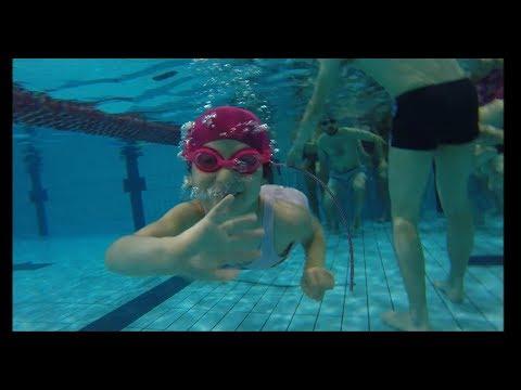 Zabawa w wodzie połączona z nauką pływania.
