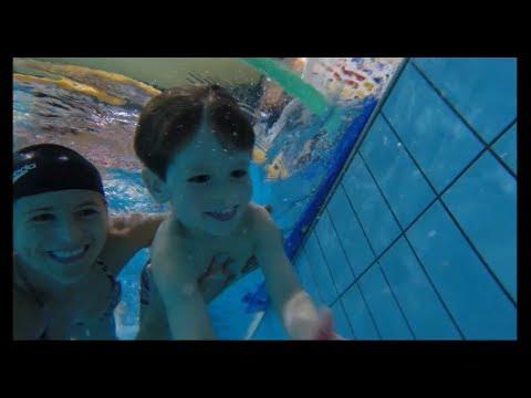 Nauka Pływania dla Dzieci w wieku 4 – 6 lat. Zabawa z piłką.